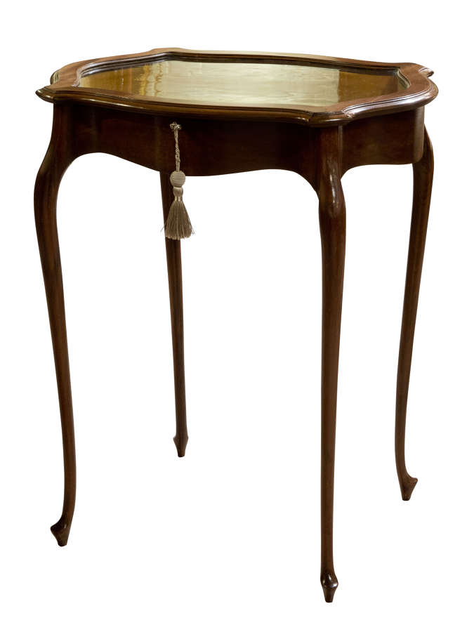 Edwardian mahogany display table with serpentine lid on cabriole legs